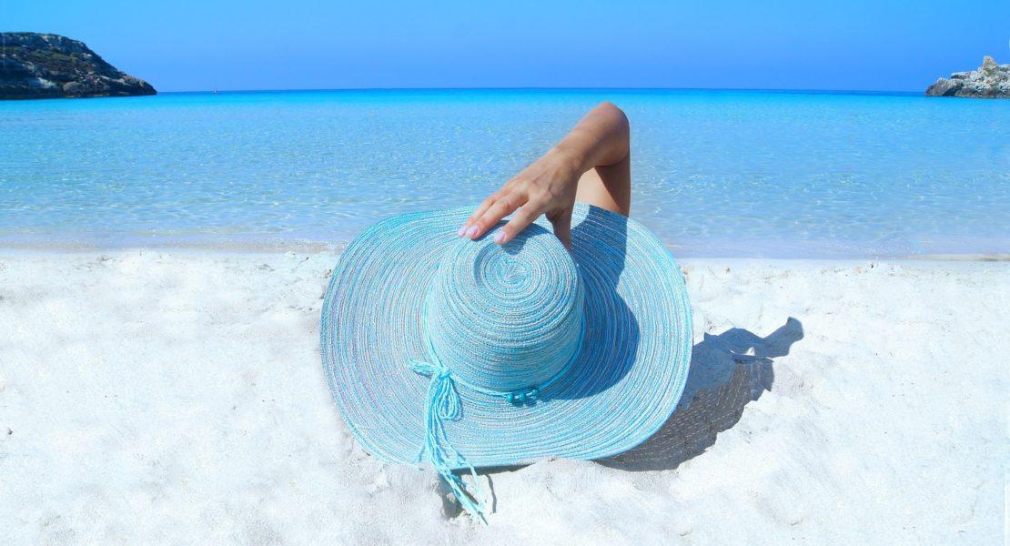 Cerchietti, fasce e maxi scrunchies: tutti gli accessori dell'estate