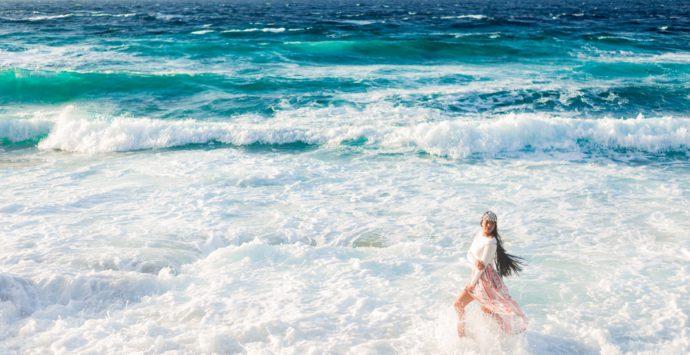 Prodotti e buone pratiche per curare i capelli dopo una giornata di mare