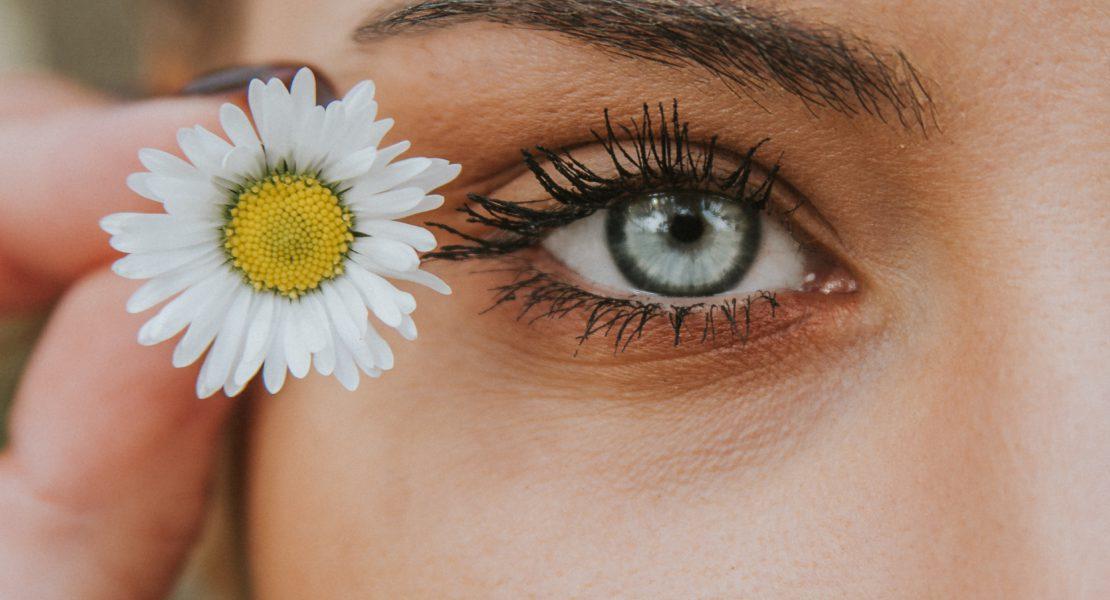 Mascara marrone: ecco chi può usarlo e come