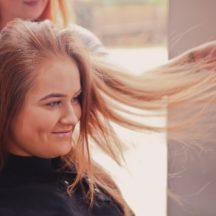Asciugare i capelli senza rovinarli: ecco come fare